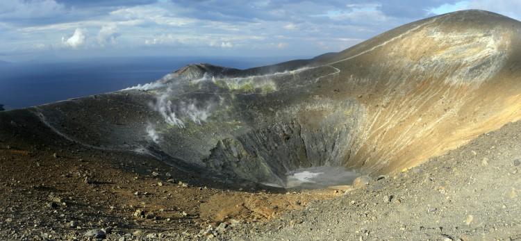isola-di-vulcano_cratere